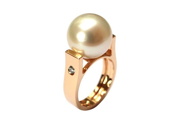 Modern pearl ring in rosegold, custom design made in Paris.