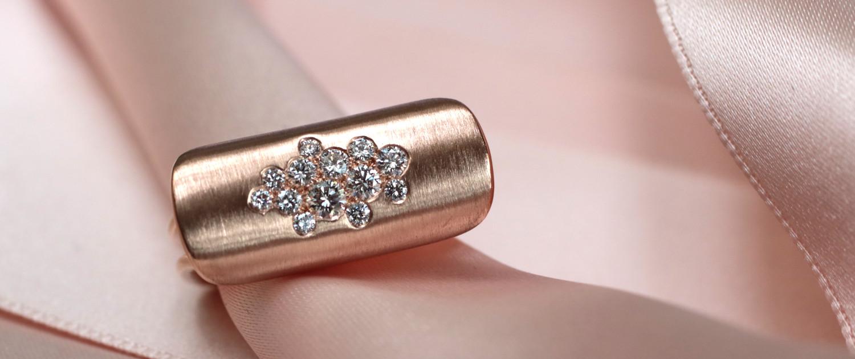 Modernes Schmuckdesign: Rosegold Ring mit Diamanten von Annette Girardon, Paris