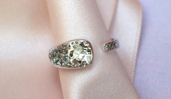 Verlobungsring in Weissgold für Diamant mit Saphiren von Annette Girardon in Paris designed.