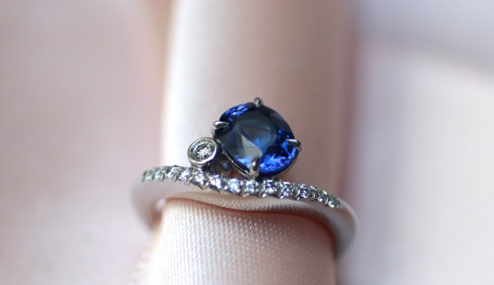 A tanzanite and diamonds adorn this engagement ring made to measure in Paris. The body of the ring is curved on top and the stones are placed against this curve.