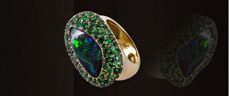 Ovaler 18 karat Goldring mit Opal und grünem Tsavorit pavé.